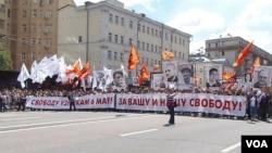 俄罗斯和中国都害怕颜色革命。2013年6月在莫斯科的一场大型反政府示威要求自由和释放政治犯。