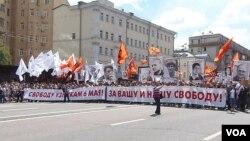 俄羅斯和中國都害怕顏色革命。 2013年6月在莫斯科的一場大型反政府示威要求自由和釋放政治犯。