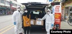 KBRI Seoul bersama WNI melakukan program bagi-bagi masker kepada warga di Korea Selatan (dok: KBRI)