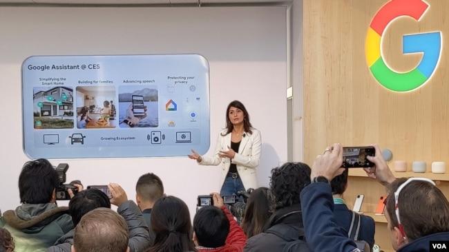 La venezolana Lilian Rincón, miembro del equipo de desarrollo y expansión de Google Assistant, explica la tecnología a una audiencia durante la feria CES en Las Vegas.