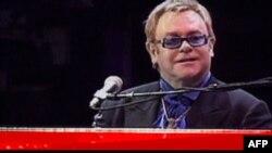 Giám đốc tổ chức lễ hội nói rằng Elton John được mời vì ông là một ca nhạc sĩ thượng thặng và đời tư của ông không phải là chuyện của ban tổ chức