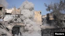 Asap mengepul akibat ledakan ranjau darat saat pejuang Pasukan Demokratik Suriah membersihkan jalan setelah pembebasan Raqqa, Suriah, 18 Oktober 2017. (Foto: dok)