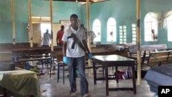 Полицейский на месте взрыва в церкви города Гарисса, Кения (архивное фото)