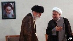 伊朗最高领袖哈梅内伊(左)会见鲁哈尼。