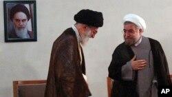 ທ່ານ Ayatollah Ali Khamenei (ຊ້າຍ) ຜູ້ນໍາສູງສຸດຂອງອີຣ່ານ ພົບກັບ ທ່ານ Hasan Rowhani ທີ່ຫາກໍ່ຖືກເລືອກຕັ້ງເປັນ ປະທານາທິບໍດີຄົນຕໍ່ໄປຂອງອີຣ່ານ ທີ່ກຸງ Tehran, ວັນທີ 16 ມິຖຸນາ 2013.