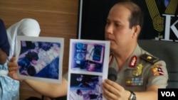 Brigjen Boy Rafli Amar dari Mabes Polri menunjukkan foto-foto bukti perakitan bom. (VOA/Andylala Waluyo)