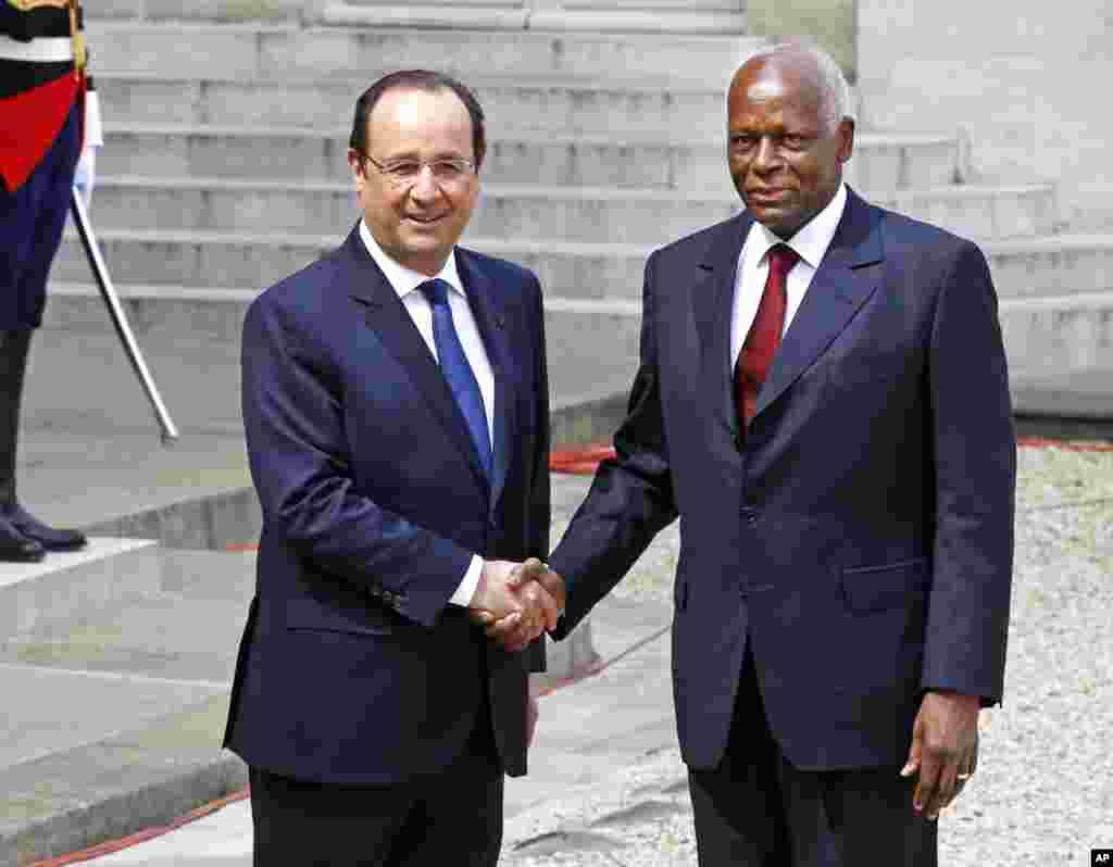O Presidente francês François Hollande cumprimenta o Presidente angolano José Eduardo Dos Santos, antes da reunião no Palácio do Eliseu em Paris, Abril 29, 2014. (AP Photo/Remy de la Mauviniere)