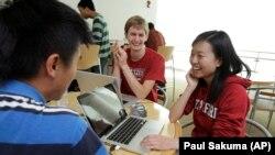 Seorang mahasiswi teknik Universitas Stanford (kanan) bekerja mengembangkan piranti lunak di sebuah perusahaan start-up di Silicon Valley.