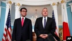 日本外相河野太郎(左)在美国国务院会见美国副国务卿沙利文(2018年3月16日)
