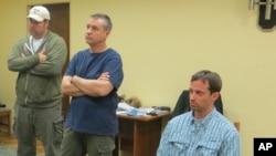 在這張由俄羅斯聯邦安全局發佈的照片中,5月14日美國駐莫斯科使館三秘雷恩.福格爾,右,和另兩名使館工作人員一起在俄羅斯聯邦安全局在莫斯科的辦公室內
