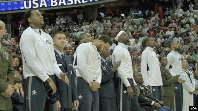 Košarkaši SAD prilikom predstavljanja pred utakmicu sa Brazilom u Vašingtonu