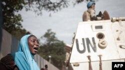 Une femme en pleurs devant le siège de la Minusca, à Bangui en Centrafrique, le 11 avril 2018