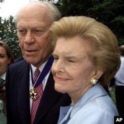 سابق صدر جیرالڈ فورڈ اور ان کی اہلیہ بیٹی فورڈ (فائل فوٹو)