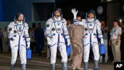 美国国家航空航天局的宇航员凯瑟琳·鲁宾、俄罗斯宇航员阿纳托利·伊万尼申和日本宇航员大西卓哉准备在哈萨克斯坦拜科努尔的俄罗斯航天发射场升空。(2016年7月7日)