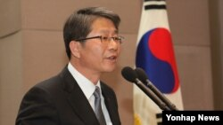 류길재 한국 통일부 장관이 25일 서울 프레스센터에서 열린 민화협 주최 '남북공동번영을 위한 북한 SOC 개발협력 추진방향 토론회'에서 기조연설을 하고 있다.