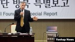 17일 서울에서 열린 유진벨 재단 방북 특별보고 기자회견에서 인세반 유진벨 재단 회장이 결핵 진단 장비를 설명하고 있다.