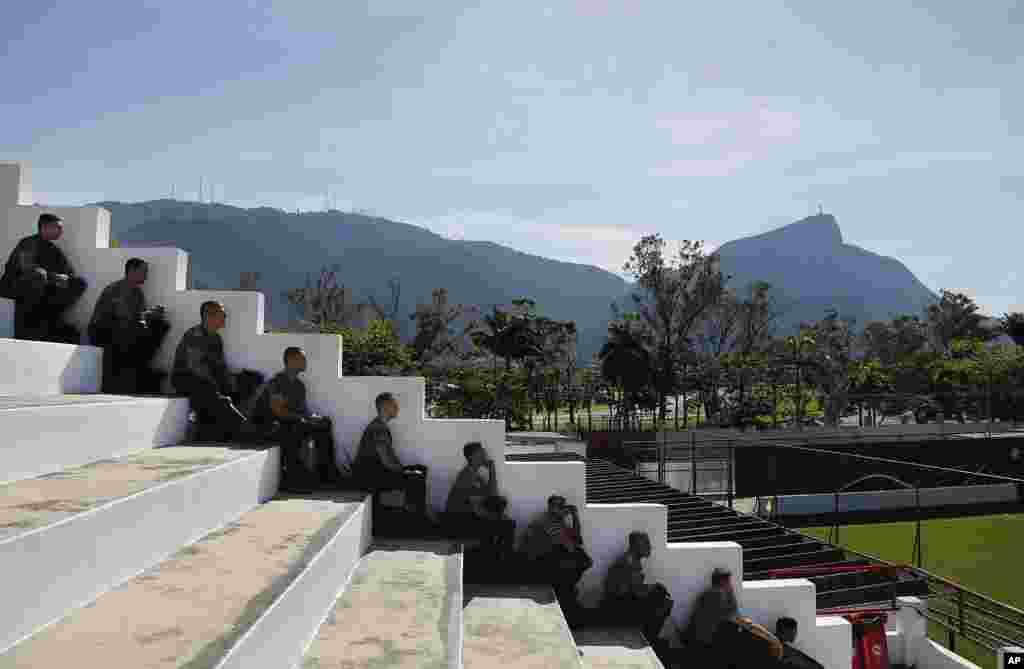 Niderlandiya jamoasi mashg'ulot olib borayotgan Rio-de-Janeyro shahridagi maydonda xavfsizlik xodimlari o'yinni kuzatmoqda, 8-iyun, 2014-yil.