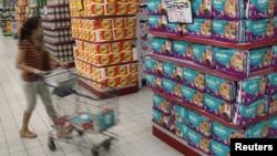 Produk popok sekali buang yang dijual di supermarket di Jakarta. (Foto: Reuters/Enny Nuraheni)