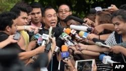 Komisaris Polisi Thailand, Somyot Pumpanmuang (tengah) memberikan keterangan kepada media di Bangkok, dalam jumpa pers hari Sabtu (29/8).