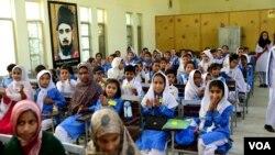وزیرِ اعظم عمران خان کا کہنا ہے کہ یکساں تعلیمی نصاب کو متعارف کرانے سے ملک میں تمام افراد کو ترقی کے ایک جیسے مواقع میسر آ سکیں گے۔