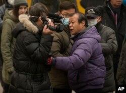 北京便衣粗暴干涉美国之音记者(左)采访浦志强案