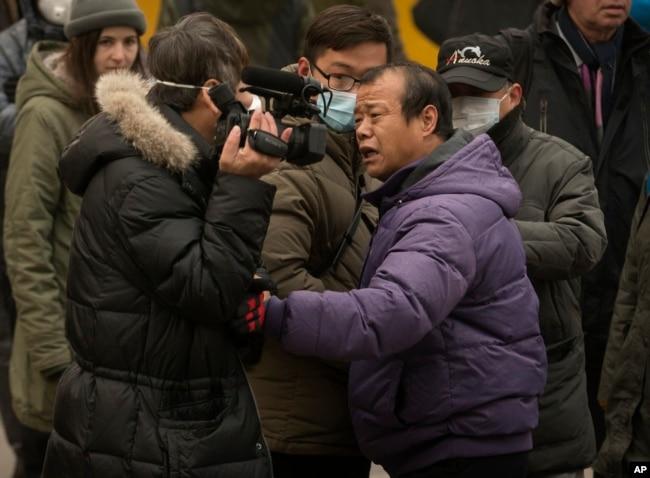2015年12月22日北京便衣警察粗暴推搡骚扰美国之音记者的正常采访。(美国之音叶兵拍摄)