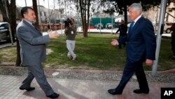 Menhan AS Chuck Hagel (kanan) bertemu Menhan Afghanistan Bismillah Khan Mohammad di markas besar pasukan koalisi di Kabul hari Sabtu (7/12).