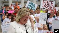 Foto de archivo de Laurie Holt, la madre del estadounidense detenido en Venezuela, Joshua Holt, durante una manifestación en Salt Lake, Utah.