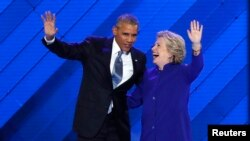 President AS Barack Obama dan capres Partai Demokrat Hillary Clinton tampil bersama di atas panggung Konvensi Nasional Partai Demokrat di Philadelphia Rabu (27/7).