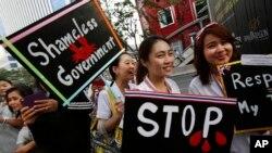 Nhân viên y tế xuống đường tuần hành ủng hộ người biểu tình chống chính phủ ở thủ đô Bangkok.