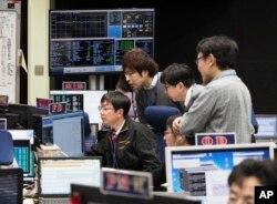 เจ้าหน้าที่สำนักงานสำรวจอวกาศของญี่ปุ่น (JAXA) กำลังตรวจสอบโครงการ Hayabusa 2 ที่สถาบันอวกาศ JAXA ไม่ไกลจากกรุงโตเกียว