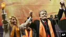 Юлия Тимошенко и Виктор Ющенко 2 декабря 2004 г.
