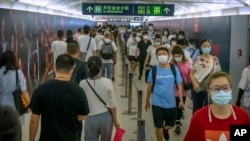 中國疫情擴散局勢下的北京市民早高峰乘地鐵上班。 (2021年8月4日)