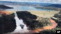 Vue aérienne du déversoir auxiliaire du barrage d'Oroville, en Californie (10 fév. 2017)