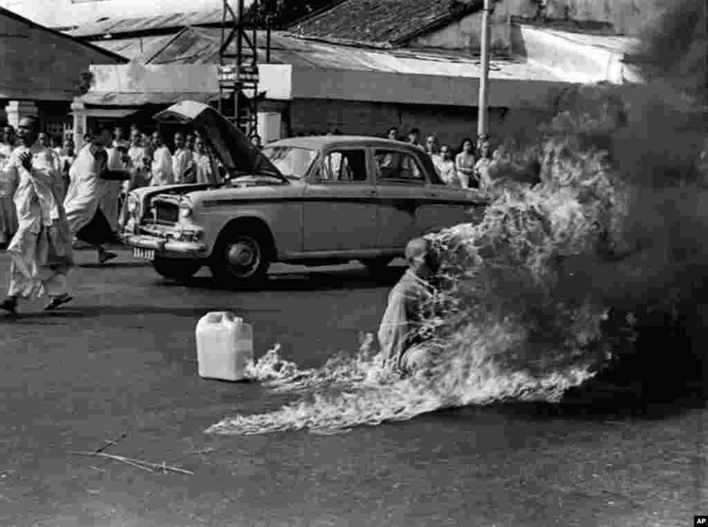 1963年6月11号在越南西贡市主要高速公路的路口,73岁的广德僧侣全身浸透汽油,在成千上万旁观者面前点火自焚。他事先宣布,政府迫害佛教徒,他要用自杀来抗议。(AP)