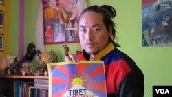 藏人活动人士和音乐艺术家旦丁才旦在印度达兰萨拉。他的第一部专辑《通衢大道》(Open Road)的灵感来自于2008年的拉萨反抗事件以及2009年以来的自焚潮。 (美国之音布罗德黑德拍摄)