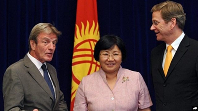 Kyrgyzstan President Roza Otunbayeva meets with French Foreign Minister Bernard Kouchner (L) and German Foregin Minister Guido Westerwelle (R) during a two-day informal meeting with top officials from 56 OSCE states, Bishkek, 16 July 2010
