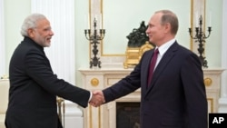 نریندر مودی ماسکو میں روسی صدر ولادیمر پوتن سے ملاقات کے موقع پر۔