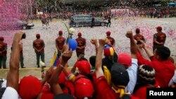 Dân chúng ở Caracas đón đoàn xe chở quan tài cố Tổng thống Venezuela Hugo Chavez. Chính phủ Venezuela quyết định bỏ ý đồ ướp và phơi bày vĩnh viễn xác của cố Tổng thống Hugo Chavez
