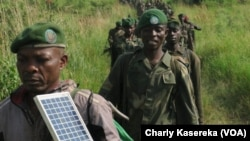 Des militaires des Forces armées de la RDC sur le front contre les miliciens Mai Mai dans le Parc de Virunga, Nord-Kivu, juin 2017 (VOA/Charly kasereka)