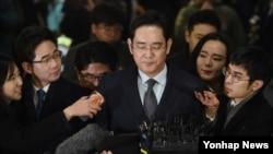 Lee Jae-yong, wakil presiden Samsung Electronics yang didakwa melakukan penyuapan, diwawancara wartawan saat menuju kantor jaksa di Seoul (13/2).