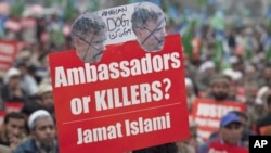 A supporter of Pakistani's religious and political party Jamaat-e-Islami holds a placard during a rally against U.S. national Raymond Davis in Lahore, February 25, 2011