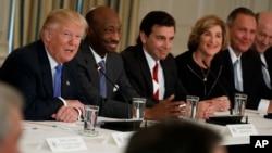Le président Donald Trump, parle avec les directeurs généraux d'entreprises à la Maison Blanche à Washington, le 23 février 2017.