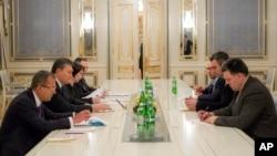 Presiden Ukraina Viktor Yanukovych (dua dari kiri) menemui para pemimpin oposisi Oleh Tyanybok (kanan), Vitali Klitschko (dua dari kanan), dan Arseniy Yatsenyuk (tiga dari kanan) di Kyiv (23/1).