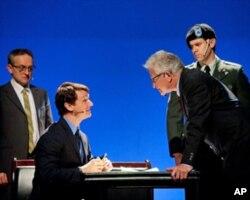 劇中華盛頓郵報的律師在法院庭審前與美國政府的律師對峙