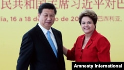 شی جين پينگ رئیس جمهوری چین (چپ) , ديلما روسف همتای برزيلی او در مراسم امضای قرارداد در برازیلیا – ۲۶ تيرماه ۱۳۹۳