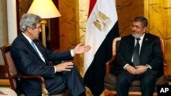 Ngoại trưởng Mỹ John Kerry gặp Tổng thống Ai Cập Mohamed Morsi tại Addis Ababa, Ethiopia, ngày 25/5/2013.