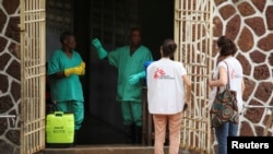 2018年5月20日无国界医生组织人员在刚果民主共和国与隔离设施的工作人员交谈