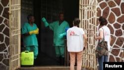 Abakozi ba MSF bari ahakoranirijwe abanduye Ebola, i Mbandaka, RDC, itariki 20/05/2018.