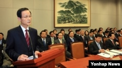 18일 김장수 한국 국가안보실장(왼쪽)이 국회 운영위 전체회의에서 업무보고를 하고 있다.